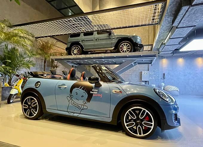 Đàm Thu Trang và bé Suchin cũng sở hữu mỗi người một chiếc xe với màu sắc tương tự.