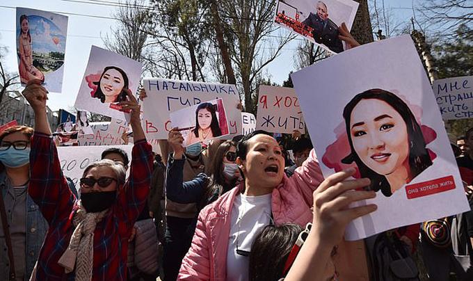 Người biểu tình bên ngoài Bộ Nội vụ đòi công bằng cho Aizada Kanatbekova. Ảnh: AFP.
