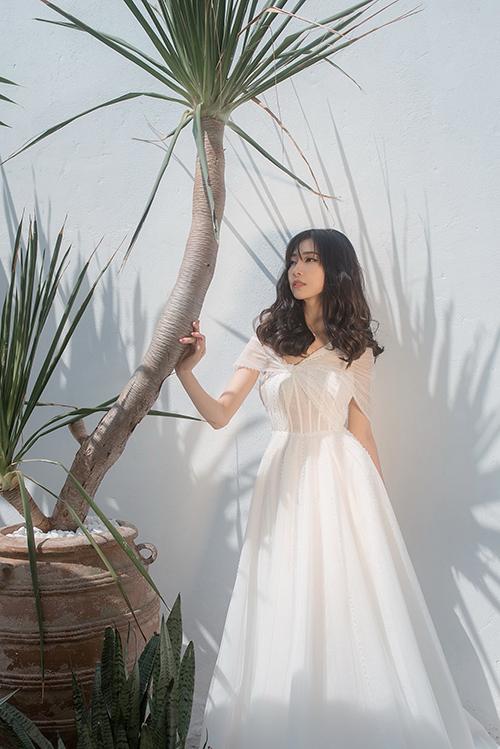 Các mẫu đầm cưới được làm phù hợp tiết trời mùa hè, được dập ly từ vải lưới, lụa mềm tạo sự thông thoáng.