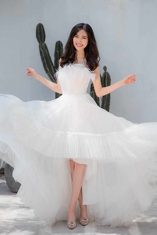 Phần xếp ly, nhún chân váy tạo sự bồng bềnh và độ phồng tự nhiên.