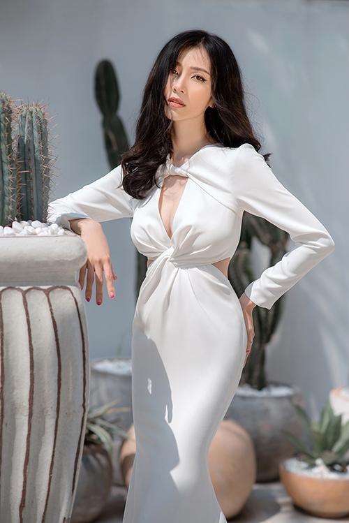 Chi tiết xoắn vải liên tiếp tạo điểm nhấn và giúp tôn nét đẹp gợi cảm của cô dâu. Bộ ảnh được thực hiện bởi model: Kiều Vỹ, photo: Panda Dương, makeup - dress: Thịnh Nguyễn.