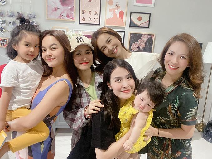 Ca sĩ Phạm Quỳnh Anh đưa con gái đi chơi cùng khi gặp gỡ mẹ con Đông Nhi, Hòa Minzy, Nhã Phương, Đan Lê.