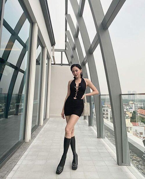 Tóc Tiên ăn gian chiều cao nhờ đôi giày cao 12 cm.