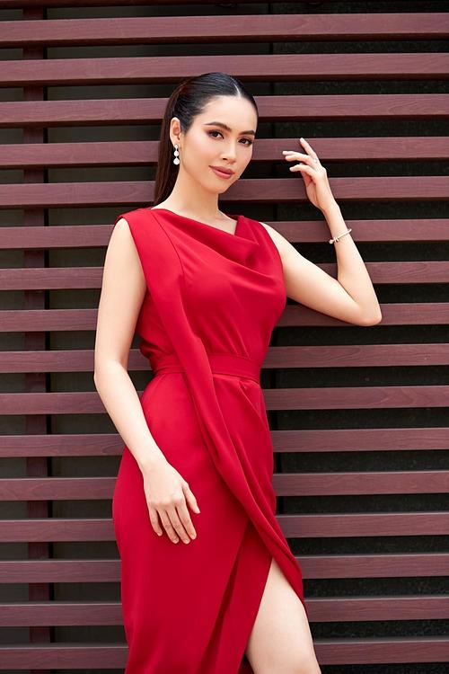 Á hậu Hoàng My khi trở lại với Hoa hậu Hoàn vũ Việt Nam trong vai trò giám khảo giả định phỏng vấn tiếng Anh cho Hoa hậu Khánh Vân trong Road to Miss Universe 2021.