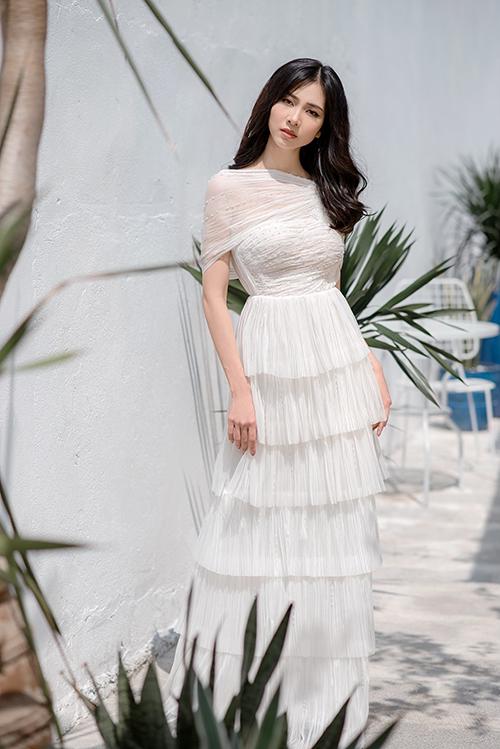 Thân váy xếp tầng tạo sự phá cách và làm tăng chiều cao của người mặc.