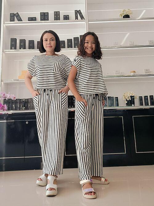 Nghệ sĩ Việt Hương ví mình và con gái diện như hai chị em khi diện đồ ton sur ton.