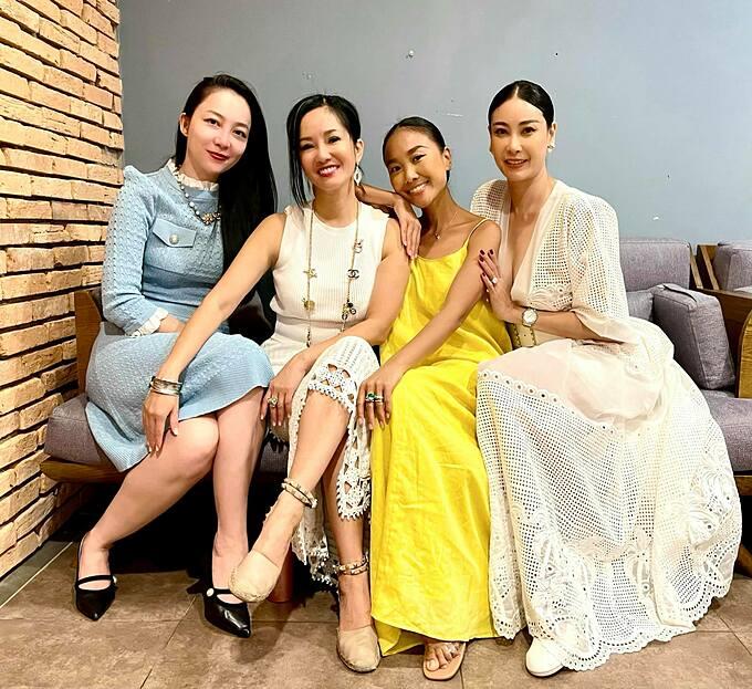Ca sĩ Hồng Nhung hạnh phúc bên hội bạn thân gồm diễn viên múa Linh Nga, ca sĩ Đoan Trang, hoa hậu Hà Kiều Anh trong tiệc sinh nhật mừng hai con song sinh tròn 9 tuổi.