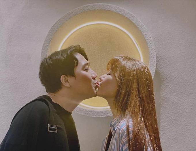 Đưa môi đây nào. Mãi bên nhau chồng nhé, Hari Won chia sẻ ảnh tình tứ bên ông xã Trấn Thành. Bức ảnh do Trúc Nhân chụp.