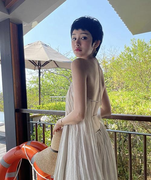 Hiền Hồ cùng nhiều người đẹp Việt đều chọn các mẫu váy cổ yếm thiết kế trên chất liệu vải lụa, chiffon lụa, voan lụa mỏng manh để đi du lịch.