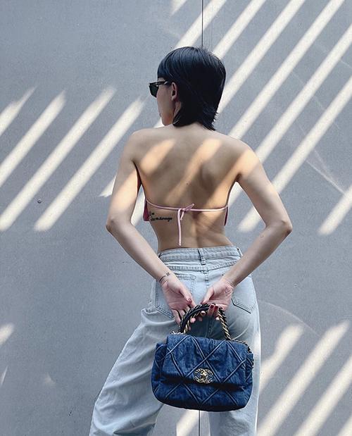 Tóc Tiên thể hiện nét cá tính riêng với hot trend mùa hè khi mix đồ phá cách bằng áo yếm và quần jeans ống suống.