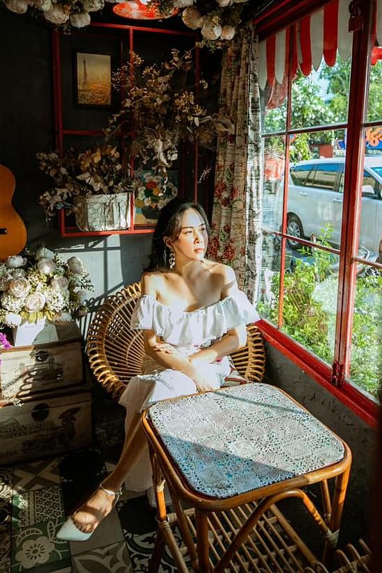 Nữ doanh nhân diện váy tôn vai trần gợi cảm trong một dịp mới đây.