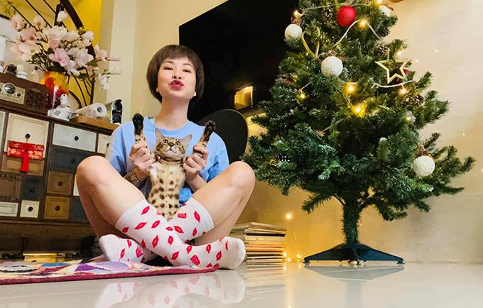 Uyên Linh khi ở nhà với những chú mèo.