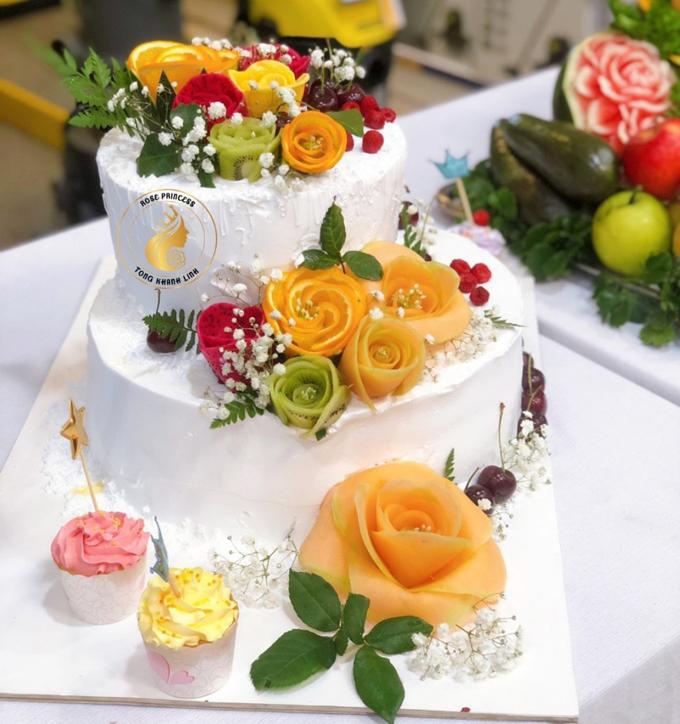 Nhiều người khen ý tưởng trang trí bánh kem bằng hoa quả của chị Linh vì giúp bánh bớt ngấy và bổ dưỡng hơn.