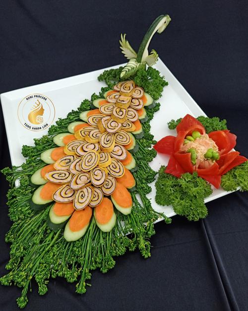 Sau khi gây bão với món thịt luộc chấm mắm tôm tạo hình khóm hoa hồng, chị Nguyễn Hồng Thanh Khánh Linh (47 tuổi, kinh doanh vật tư thiết bị điện nước, TP HCM) tiếp tục sáng tạo thêm các món ăn với tạo hình đặc sắc.