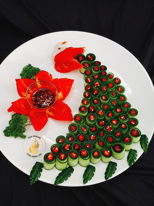 Vấn đề vệ sinh an toàn thực phẩm được chị Linh chú ý hàng đầu khi tạo hình đồ ăn. Chị luôn tính toán thời gian để nấu các món ăn sao cho giữ được độ tươi ngon rồi bắt tay vào tạo hình.