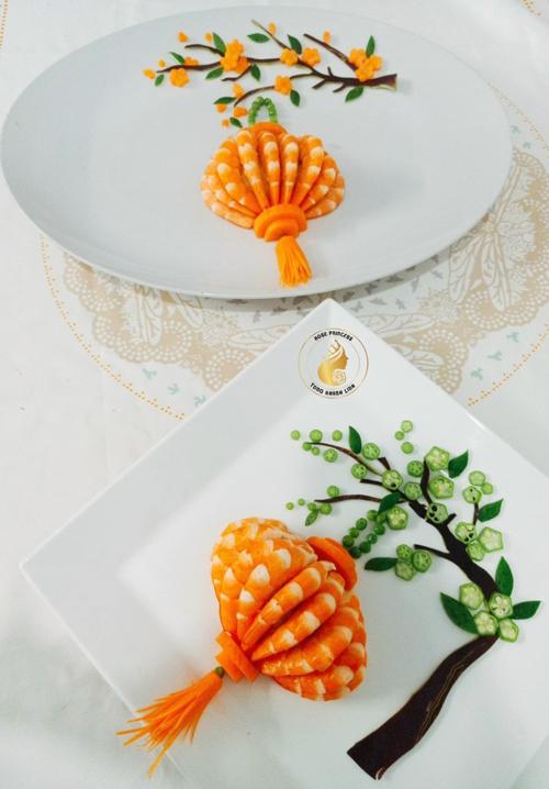 Món lồng đèn tôm hấp dẫn của chị Khánh Linh. Để tạo hình lồng đèn, chị nghiền nhuyễn khoai tây, trộn xốt trứng, muối tiêu cho vừa ăn, đắp thành hình nửa trái cam nhỏ rồi cắm tôm lên trên.
