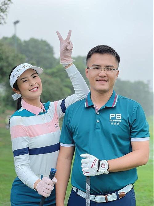 Ngọc Hân vui nhộn bên cạnh bạn trai khi cả hai rủ nhau đi chơi golf vào dịp cuối tuần qua.