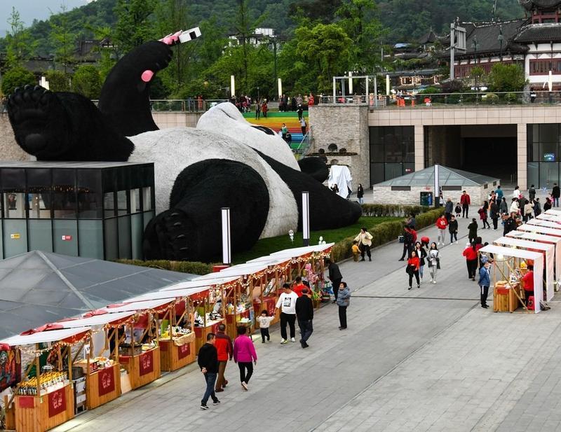 Xung quanh bức tượng vừa dựng thêm những quầy bán đồ lưu niệm, đồ ăn phục vụ du khách.