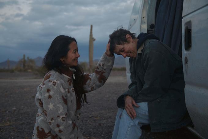 Đạo diễn Chloe Zhao (trái) và diễn viên Frances McDormand trên phim trường Nomadland.