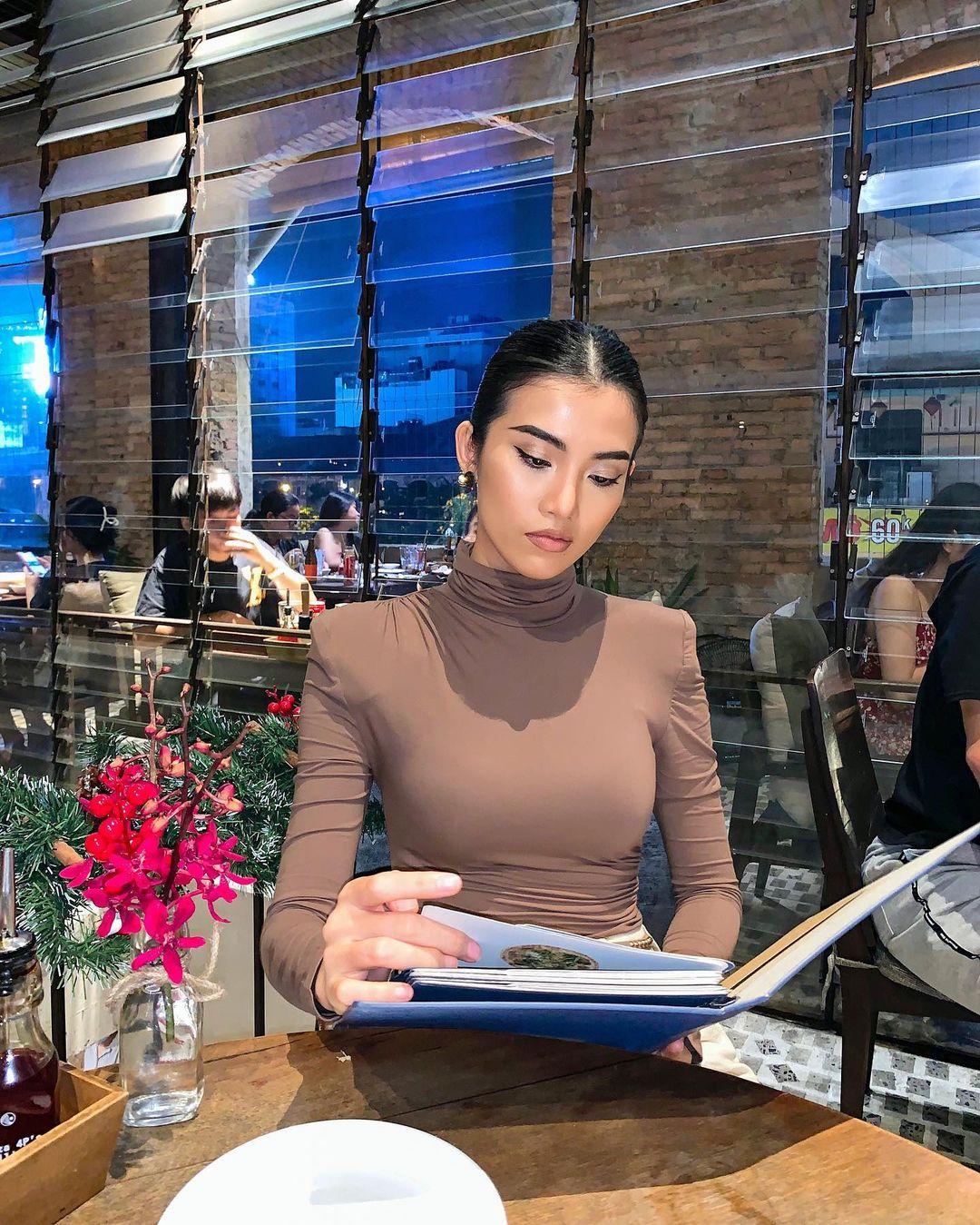 Ngoài danh xưng bản sao Lan Khuê hay chuyện tình cảm với tỷ phú Mỹ, Cổ Ngân cũng được biết đến với vai trò beauty blogger, hot tiktoker có gần 400 nghìn người theo dõi.