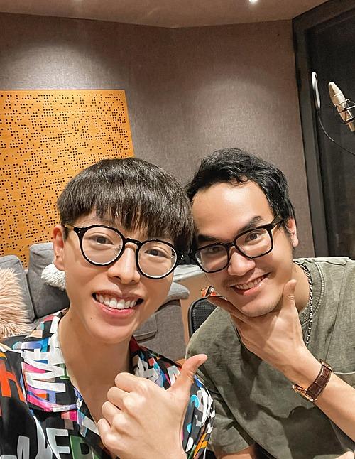 Đức Phúc vui khi được kết hợp cùng với nhạc sĩ Khắc Hưng thể hiện ca khúc chủ đề cho một chương trình phát sóng mỗi sáng trên đài truyền hình.