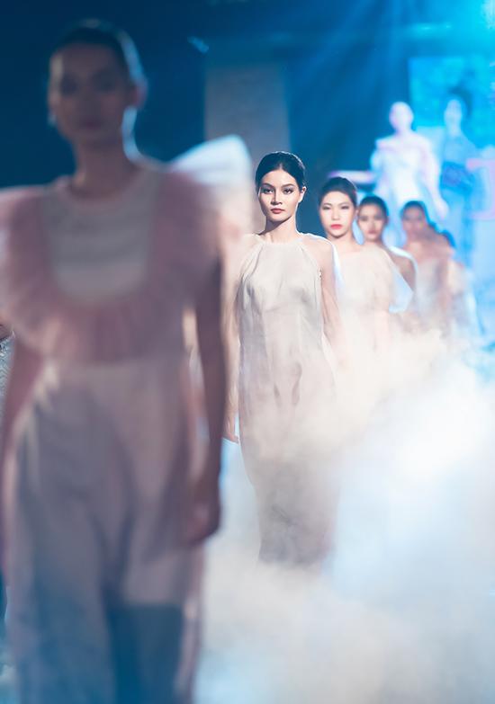 Nếu Ngọc Hân lấy cảm hứng từ Ấn Độ thì NTK Hà Duy lại đưa văn hóa Nhật Bản vào bộ sưu tập áo dài mới. Anh sử dụng chất liệu đũi kết hợp lưới, ren cùng kỹ thuật đính kết thủ công để tạo nên sự khác biệt.