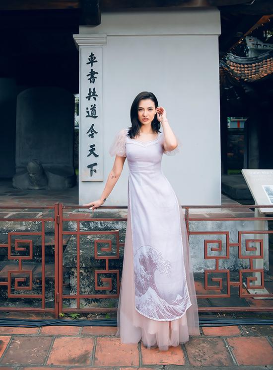 Nổi tiếng ở mảng đầm dạ hội nhưng Hà Duy thi thoảng vẫn trình làng bộ sưu tập áo dài cho những dịp đặc biệt hoặc khi tham gia các lễ hội, chương trình giao lưu văn hóa giữa các nước.