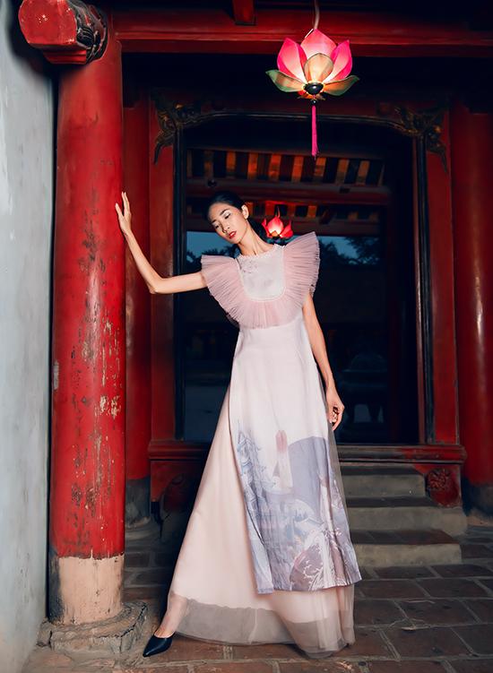 Nam thiết kế 8X cho biết, anh thường đưa một số nét quen thuộc của trang phục ứng dụng hoặc váy dạ hội vào áo dài để làm bộ đồ vừa mang nét truyền thống vừa phảng phất hơi thở hiện đại.