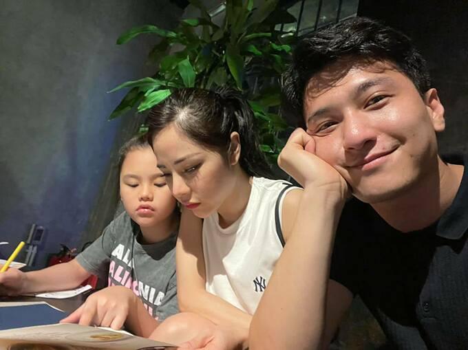 Diễn viên Huỳnh Anh đưa bạn gái Bạch Lan Phương và con gái riêng của cô đi ăn.