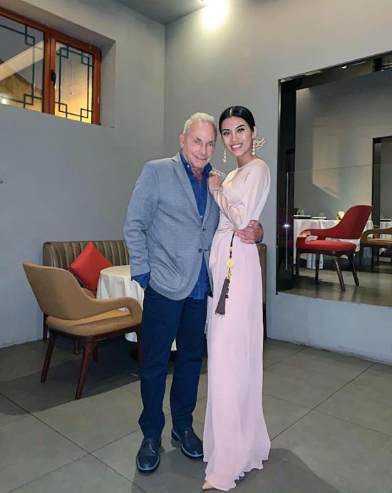 Người đẹp được bạn trai giàu có tháp tùng tới các nhà hàng xa hoa nhất ở Trung Quốc như Mr and Mrs Bund trên bến Thượng Hải hay nhà hàng Temple Dong Jing Yuan ở Bắc Kinh. Người đẹp diện áo dài Việt Nam mang phong cách cách tân khi hẹn hò với nửa kia.