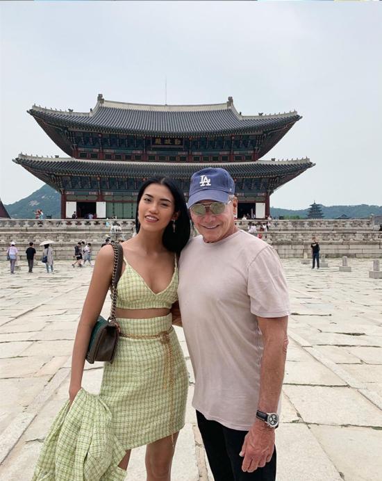 Không chỉ tới các nhà hang chanh sả, đôi tình nhân cũng thường diện trang phục dạo phố, check in ở nhiều điểm tham quan khác như cố cung Gyeongbokgung tại thủ đô Seoul (Hàn Quốc). Hai người chờ đợi để xem màn biểu diễn lính đổi gác ở sân cung - hoạt động được nhiều du khách quan tâm.