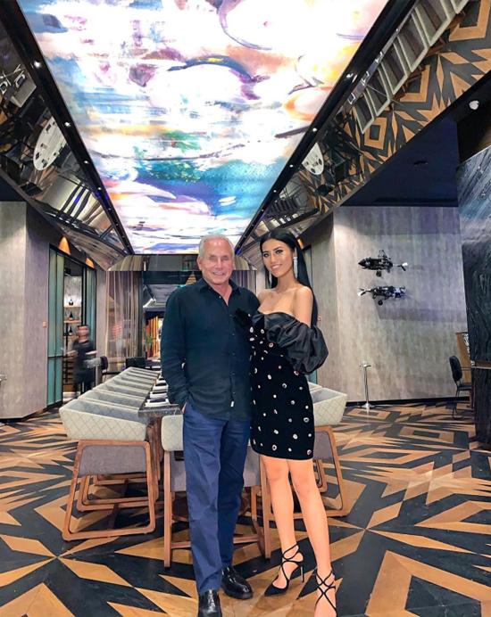 Cũng trong khách sạn này, cặp đôi từng lựa chọn nhà hàng mang tên Akira Back. Nhà hàng phục vụ những món ăn Nhật Bản với phong cách trình bày và chế biến cao cấp. Giá một bữa ăn từ 5 triệu đồng trở lên, thuộc loại top xa xỉ tại Hà Nội.