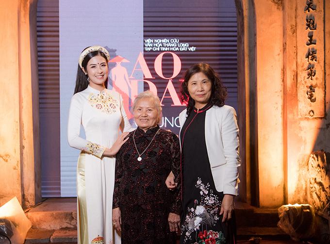 Bà và mẹ đến ủng hộ Ngọc Hân ở sự kiện thời trang mang ý nghĩa lớn về ngoại giao.