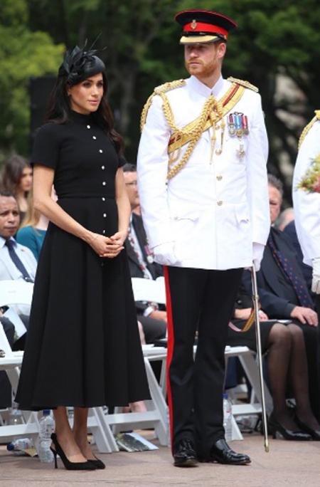Harry mặc trang phục giống hệt ông nội trong sự kiện Anzac Day ở Australia, đứng cạnh Meghan, trong chuyến công du hồi năm 2018. Ảnh: Sun.