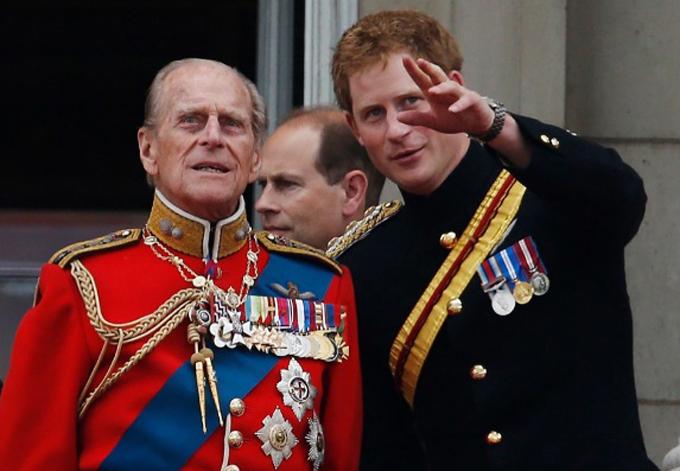 Harry được cho là có mối quan hệ khá thân thiết với Hoàng thân Philip do cả hai người đều từng phục vụ trong quân đội. Ảnh: AP.