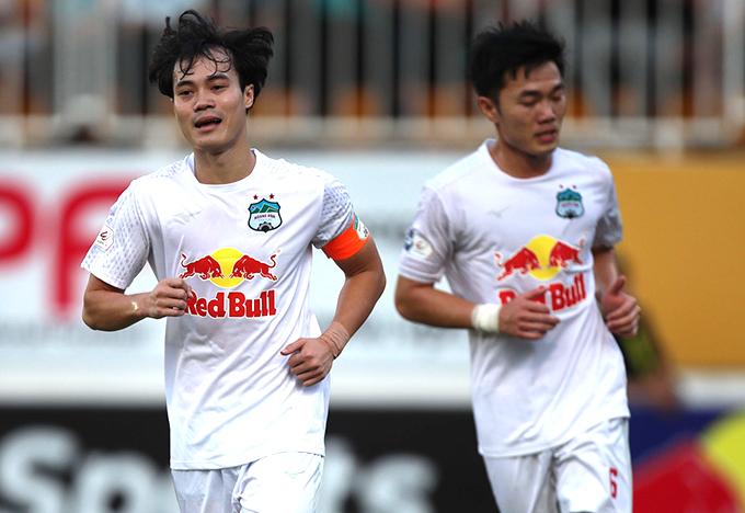 Văn Toàn đeo băng đội trưởng HAGL, anh ghi bàn nâng tỷ số lên 2-0 trong trận tiếp đón Nam Định ở vòng 9 V-League 2021. Ảnh: VPF.