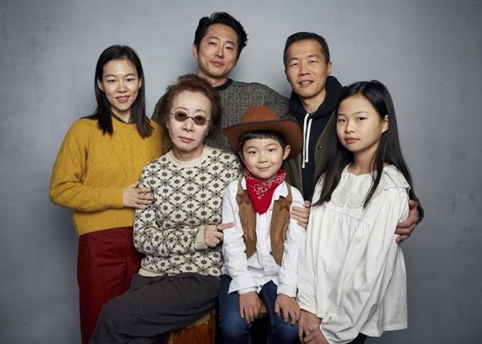 Sao Hàn Youn Yuh Jung (đeo kính) bên các diễn viên và đạo diễn của phim Minari.