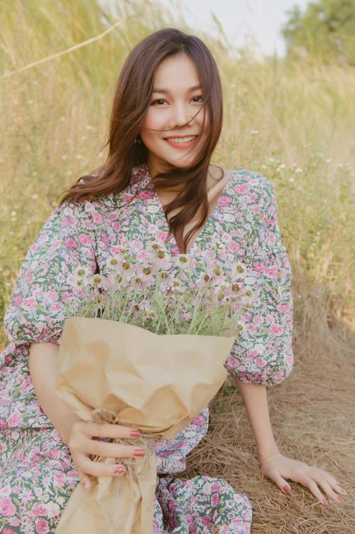Đầu mùa hè 2021, siêu mẫu Thanh Hằng nhiệt tình lăng xê các mẫu đầm in hoa xinh xắn. Đây cũng là xu hướng được lòng sao Việt những ngày đầu tháng 4.