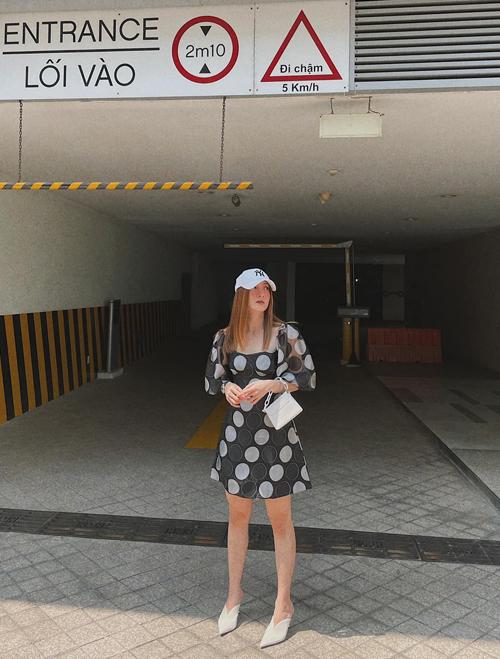 Set trang phục dành cho các tín đồ chuộng tôn gmafu trắng đen với cách phối đầm tay bồng đi cùng giày mullet và túi phom trung.
