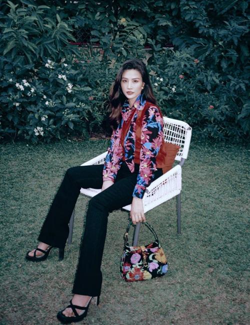 Set đồ của Đông Nhi dành riêng cho các nàng mê phong cách cổ điển với lối mix sơ mi hoa đi cùng quần ống đứng có phần gấu loe nhẹ. Phụ kiện đi kèm có thể là túi da đen hoặc túi kẹp nách ton-sur-ton với trang phục.
