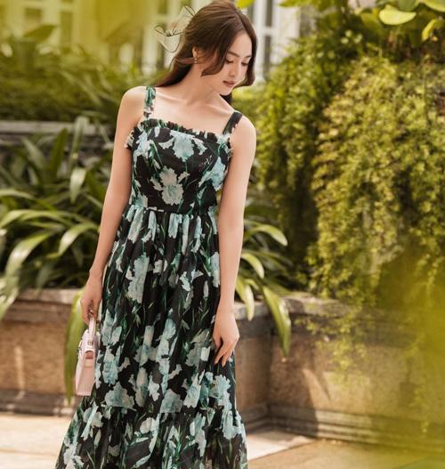 Váy hoa diễn vỹ, dáng cổ điển của Lan Ngọc phù hợp với bạn gái có bờ vai thon gọn và làn da trắng sáng.
