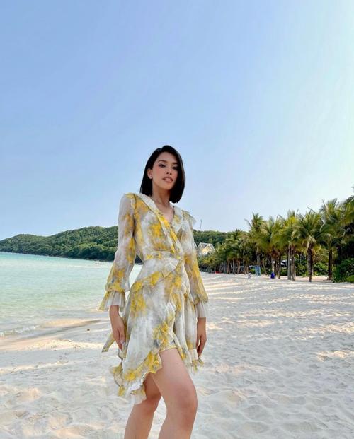 Chọn váy lụa nhẹ nhàng như của Tiểu Vy sẽ giúp các nàng công sở có được phong thái nhẹ nhàng, thư thái khi đến văn phòng vào mùa nắng.