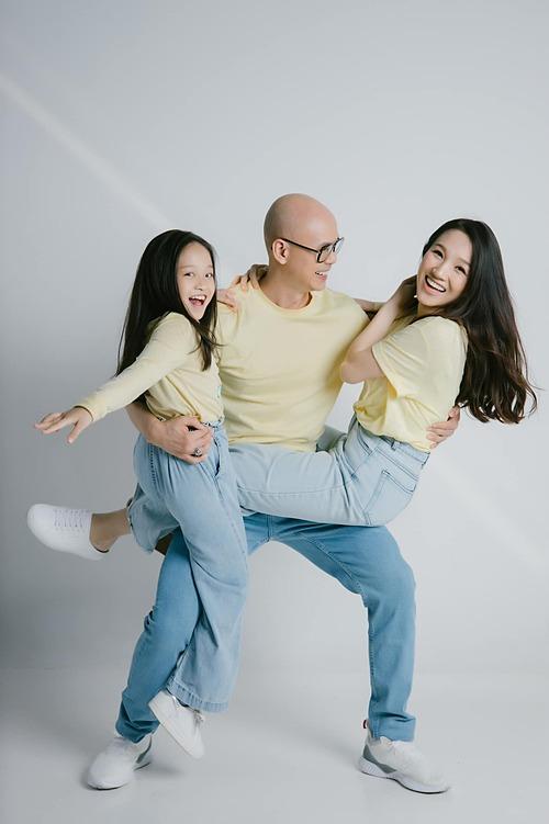 Gia đình Phan Đinh Tùng diện đồ đồng điệu, vui nhộn pose hình.
