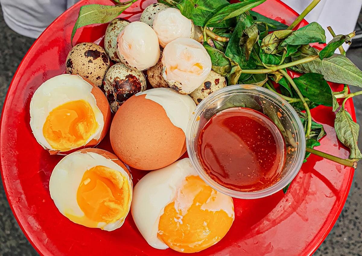 Trứng gà lòng đào. Ảnh: Hồ Nguyễn Linh Phương.