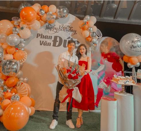 Cầu thủ Phan Văn Đức được bà xã Nhật Linh mừng sinh nhật tuổi 25.
