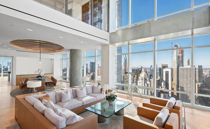 Phòng khách căn hộ áp mái tỷ phú Steve Cohen vừa bán. Ảnh: Bloomberg.