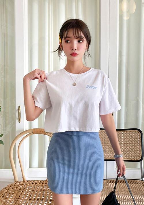 Set đồ đơn giản và hợp mốt ngày hè với nguyên bộ trang phục thun bằng áo vải cotton đi kèm chân váy ngắn.