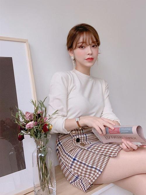 Phong cách gợi cảm ngày hè cho chị em bàn giấy với cách phối áo thun tay dài đi cùng chân váy kẻ sọc ca rô.