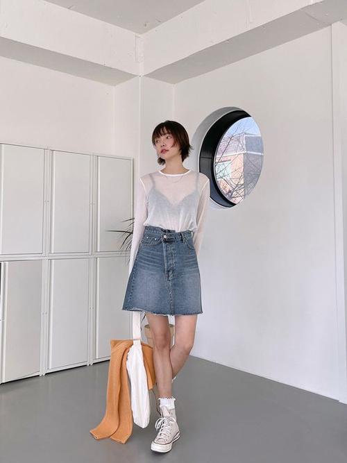 Áo thun giấy dành riêng cho các nàng chuộng phong cách sexy. Tuy nhiên khi diện các chất liệu vải mỏng, người mặc nên chú ý đến cách chọn bra to bản để tránh các lỗi phản cảm với đồ xuyên thấu.