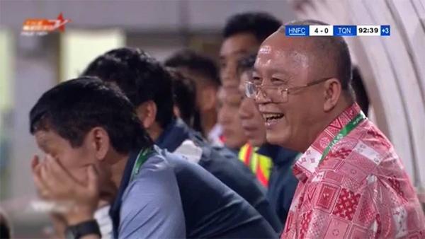 Nụ cười gây tranh cãi của ông Phạm Thanh Hùng - Chủ tịch CLB Than Quảng Ninh trong trận thua 0-4 trước Hà Nội.